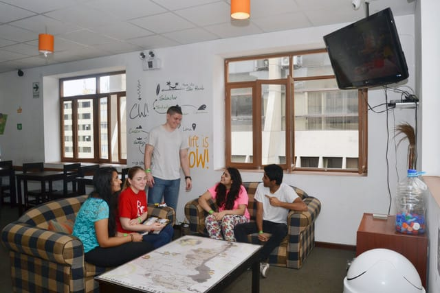 lima hostels - che lagarto guests socializing